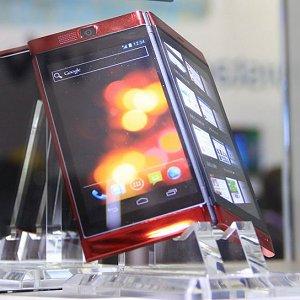 Post thumbnail of NTTドコモ、2013年春モデルとして折りたたみ2画面を採用した NEC メディアススマートフォン「MEDIAS W N-05E」を準備