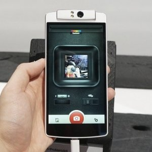 Post thumbnail of ポラロイド、回転できるカメラを搭載したスマートフォン「Polaroid Selfie」発表、OPPO 社スマートフォンと酷似で問題発生?