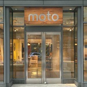 Post thumbnail of モトローラ、米国シカゴにて同社初となる直営店「Moto Shop」オープン、スマートフォンやスマートウォッチなどを販売