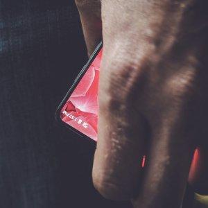 Post Thumbnail of Android の生みの親や父として有名な Andy Rubin 氏、謎のベゼルレス端末をチラ見せ、開発中スマートフォンの可能性